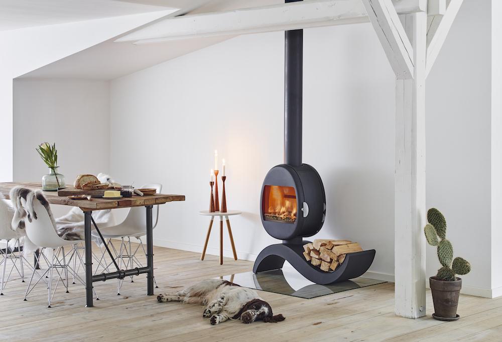 Interieur met stijlvolle ronde houtkachel met design onderstel voor houtopslag. Scan 66-5