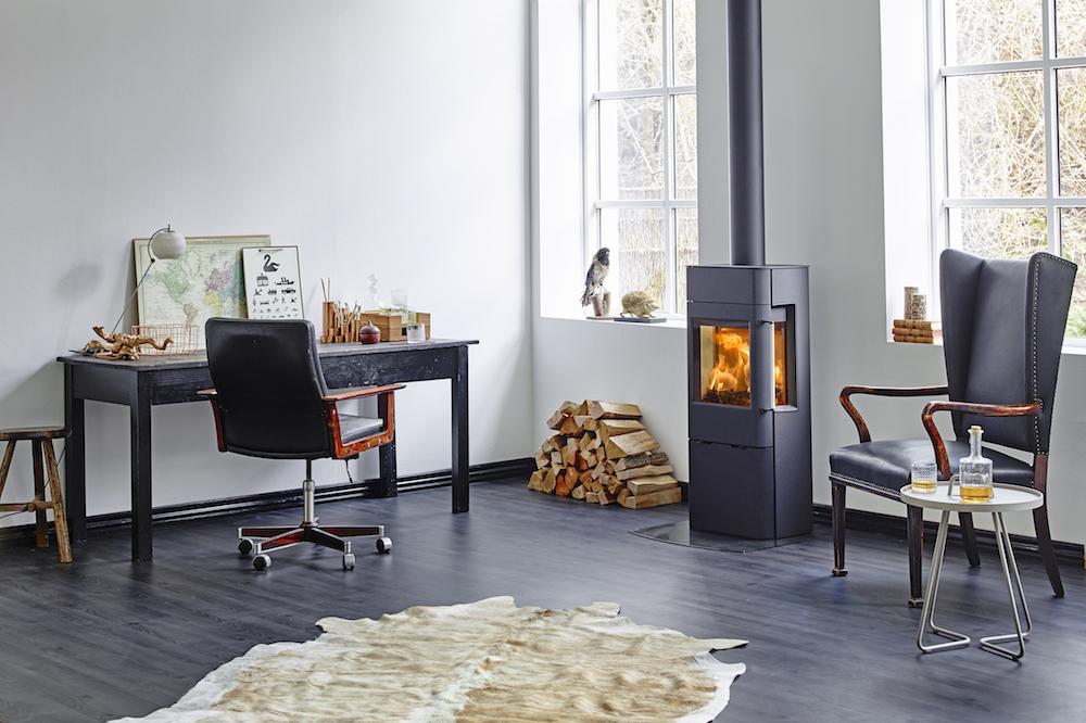Scandinavische woonstijl met moderne houtkachel van het Deense Scan als eyecatcher. Scan 41 #scandinavisch #design #interieur