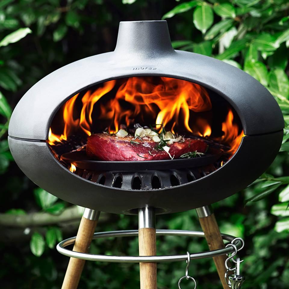 Tuinhaard en grill Morso Forno op houten onderstel #buitenkoken #tuin #buitenleven #tuinhaard #buitenhaard #bbq #barbecue