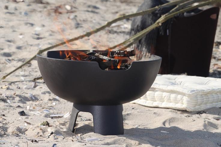 Morso vuurpot Ignis. Mooi voor het terras. Met het grillrooster als accessoire maak je van deze vuurpot een kleine bbq! #morso #tuin #terras #vuurpot #bbq
