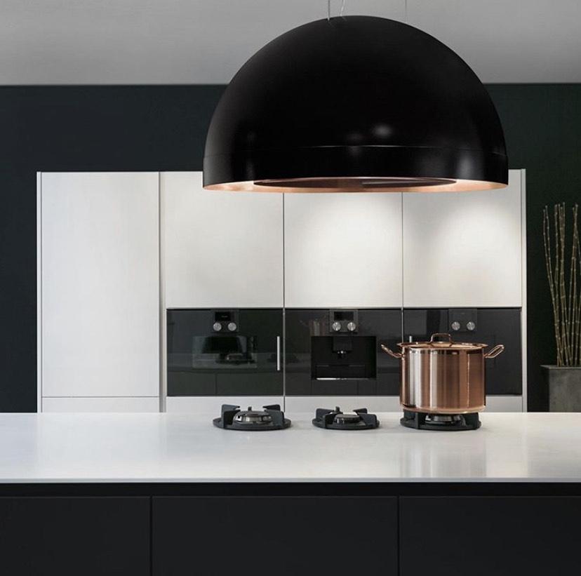 Zwarte keuken met wit werkblad en eiland afzuigkap van Wave Fashion for Kitchen