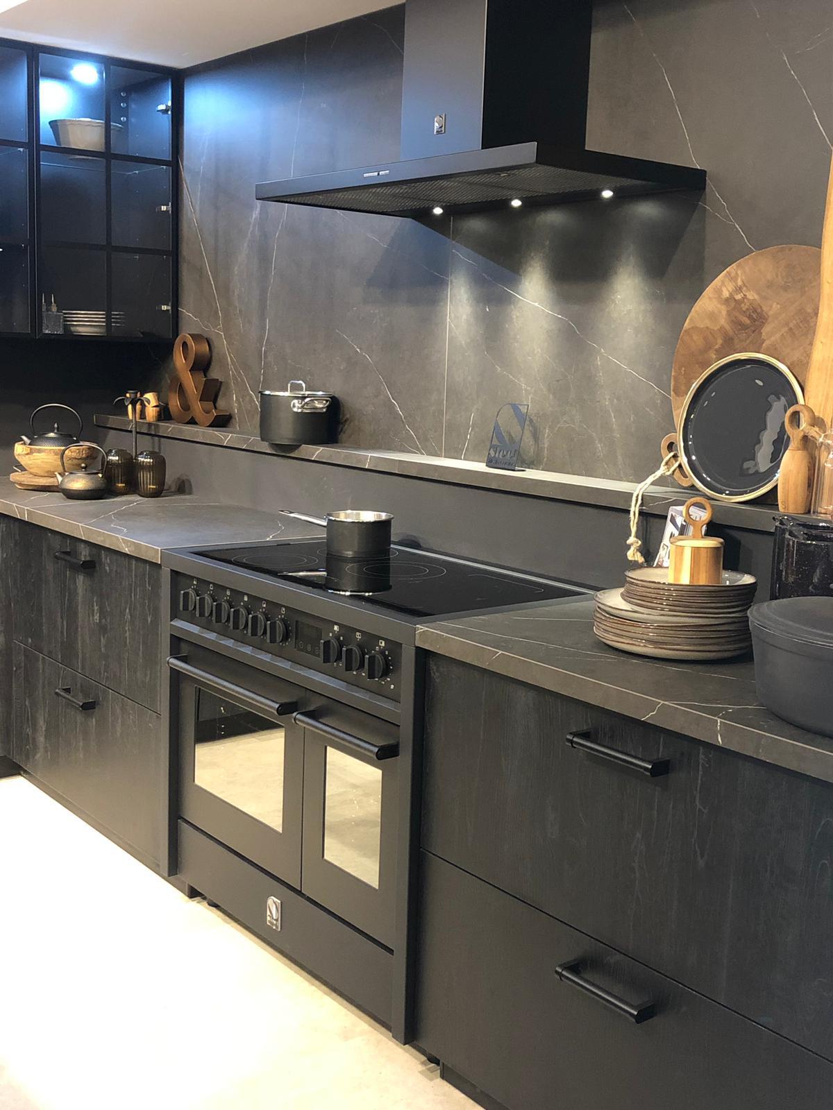 Zwarte keuken met zwart fornuis. Steel inductiefornuis