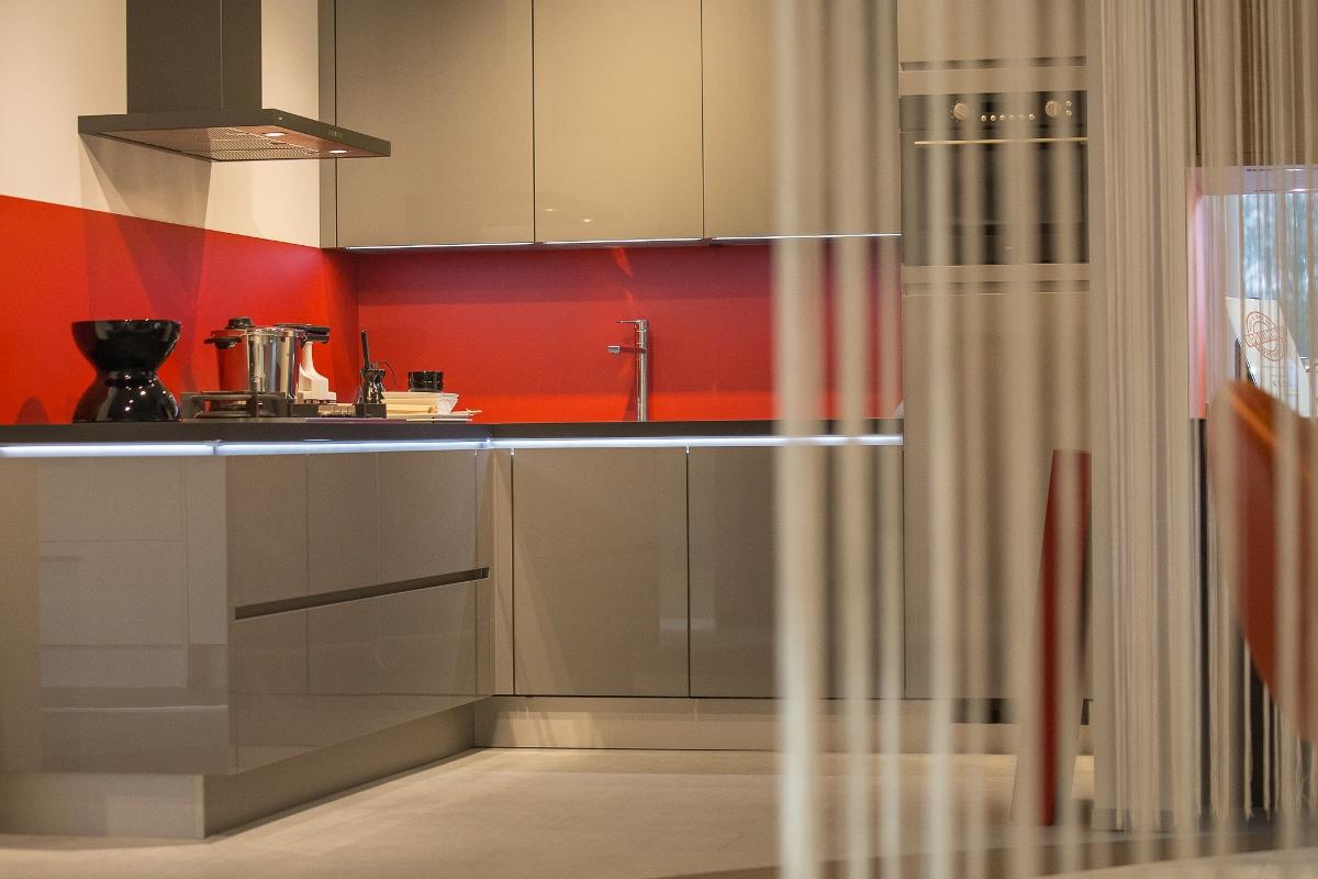 Bokmerk heeft achterwanden voor de keuken van aluminiumin alle kleuren. Hitte bestendig en krasvast