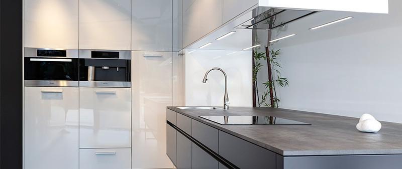 Witte keuken met keramiek werkblad betonlook - ArteKeramiek