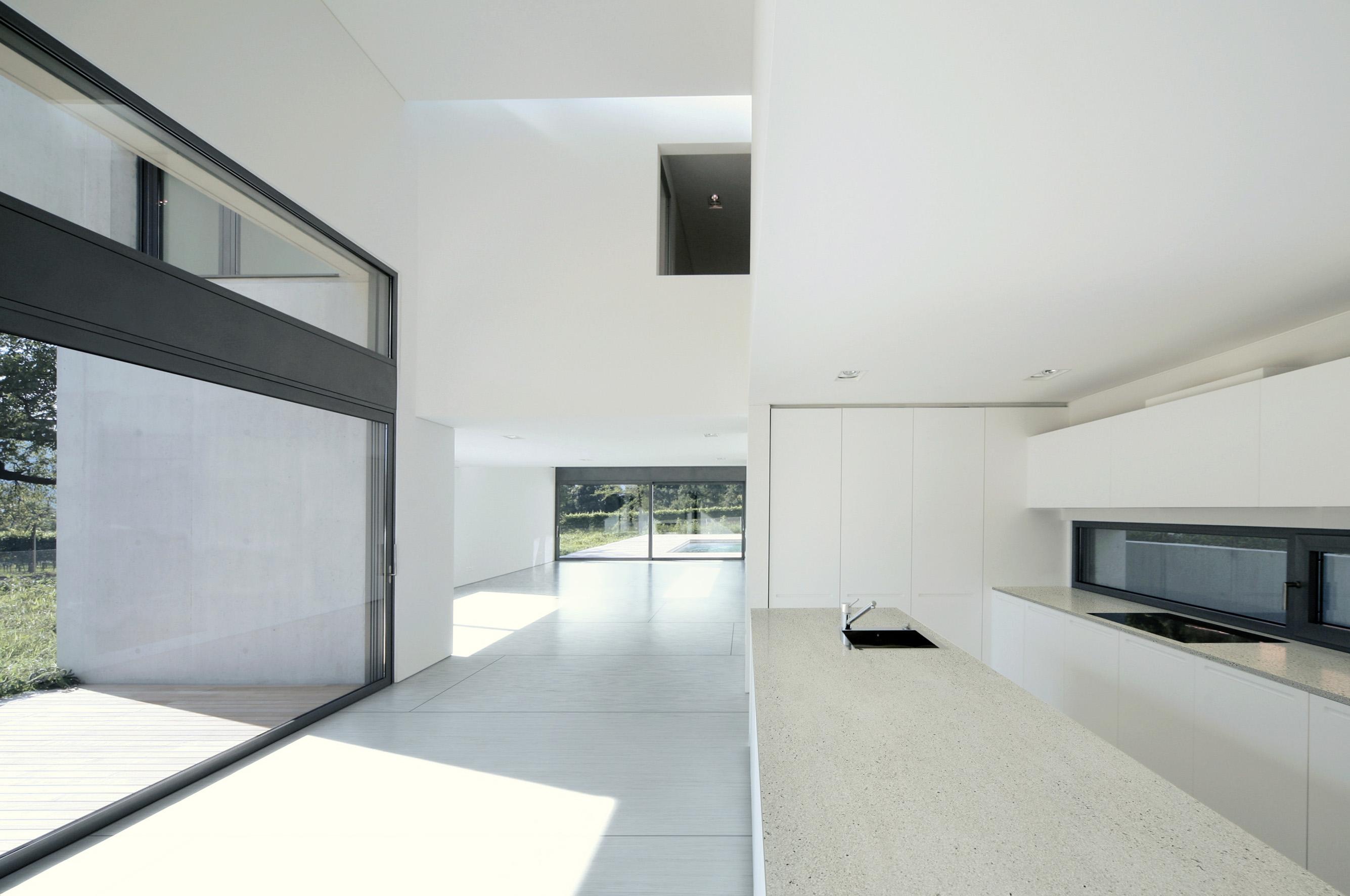 Moderne keuken met werkblad met betonlook. Materiaal Dekton Strato via Arte