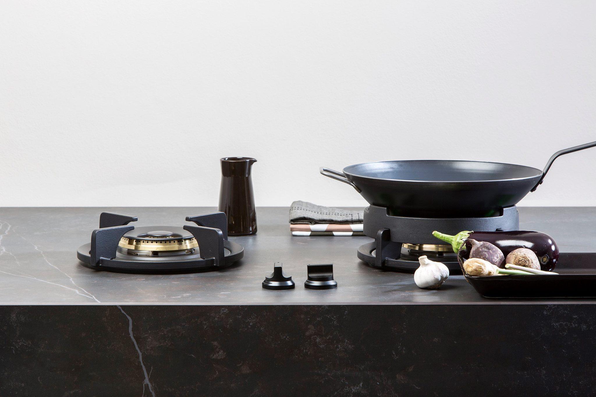 Pitt Cooking kookpitten op werkblad met steenlook. Dekton van Arte
