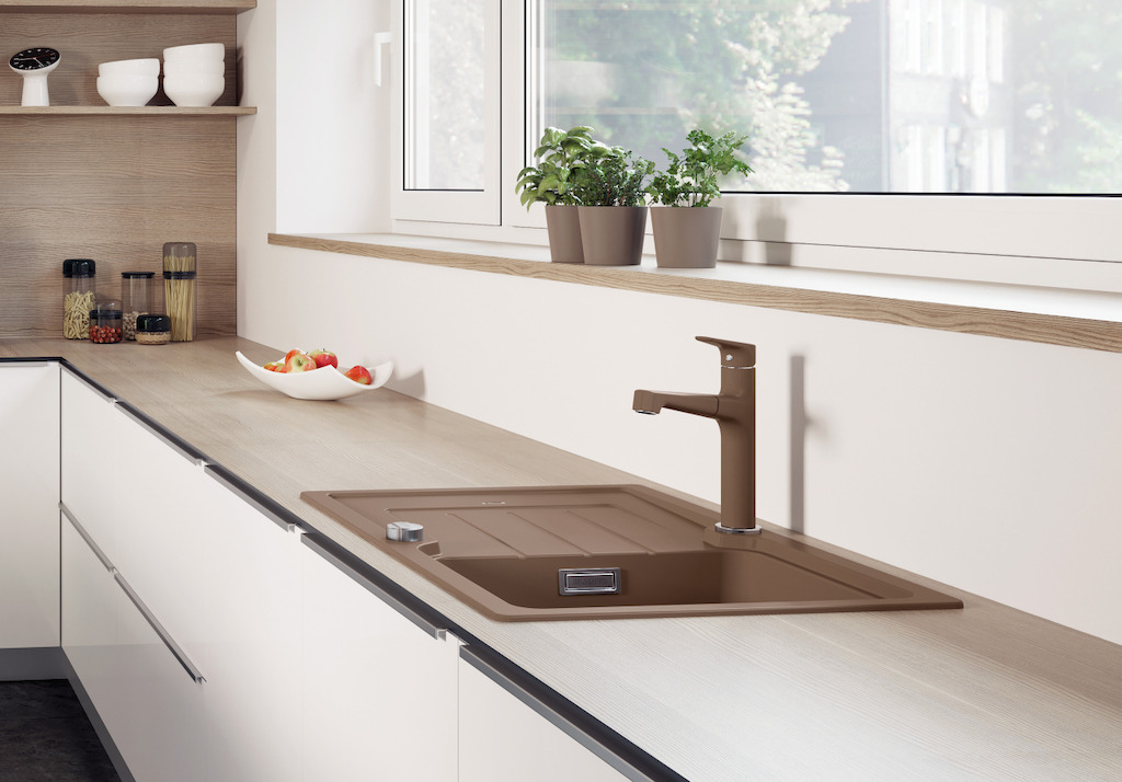Moderne spoelbak Blanco Classic Neo in warme bruine kleur muskaat, volgens de laatste woontrends. is enorm veelzijdig en past binnen verschillende interieurstijlen, van traditioneel tot modern. Ga voor een modern contrast door deze kleur te combineren met een lichte keuken of maak een harmonieuze combinatie met eik.