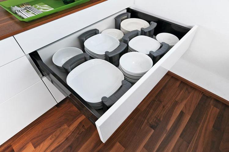 Georganiseerde keukenlade met de handige bordenhouders van Orgalux