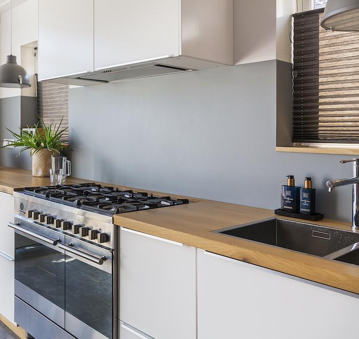 Keuken met soft colour achterwand van Bokmerk. Witte keuken. Zachte kleuren #bokmerk #keuken #achterwand #wittekeuken #kleur #keukenidee