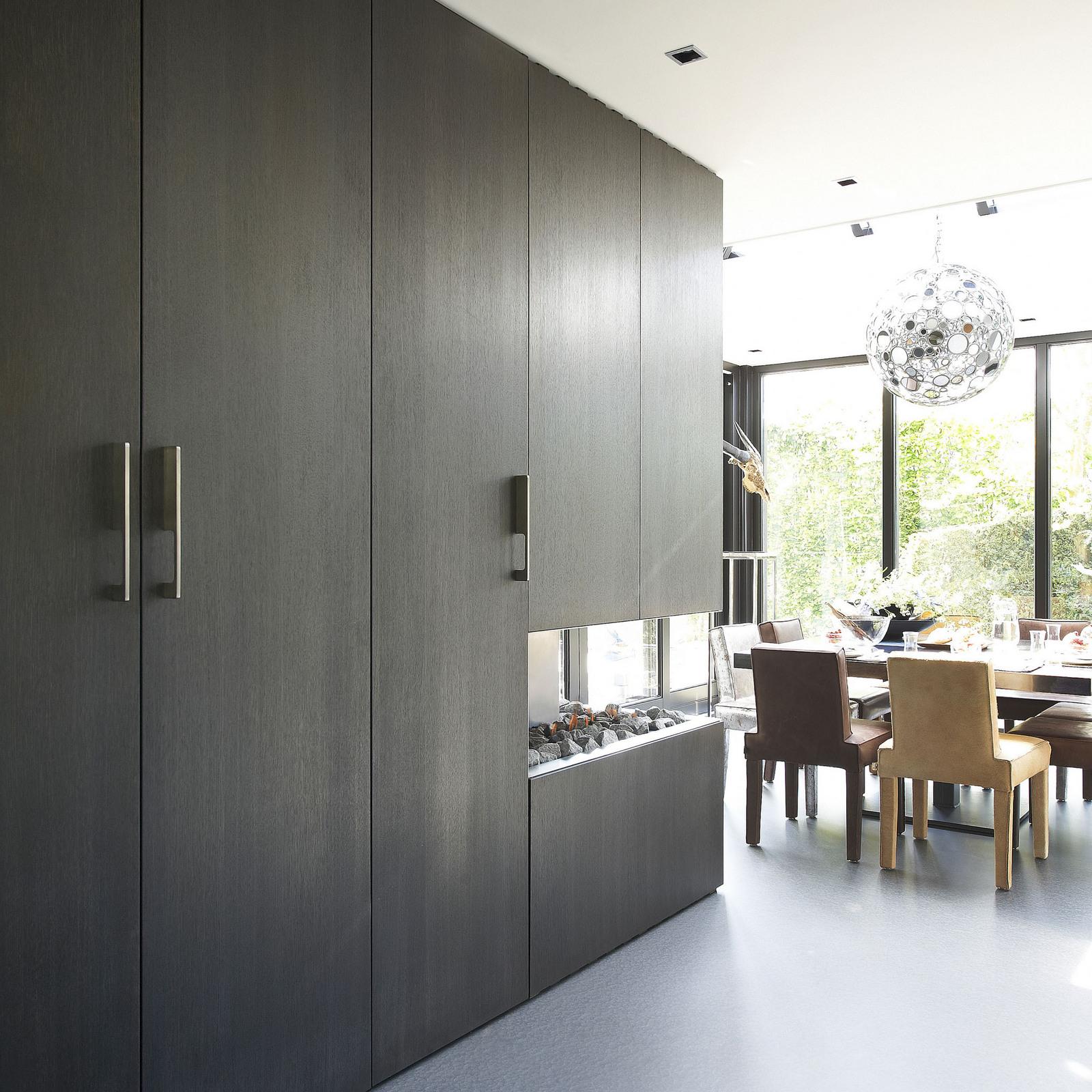 Woonkeuken met haard en moderne design keukenkasten van Culimaatvan