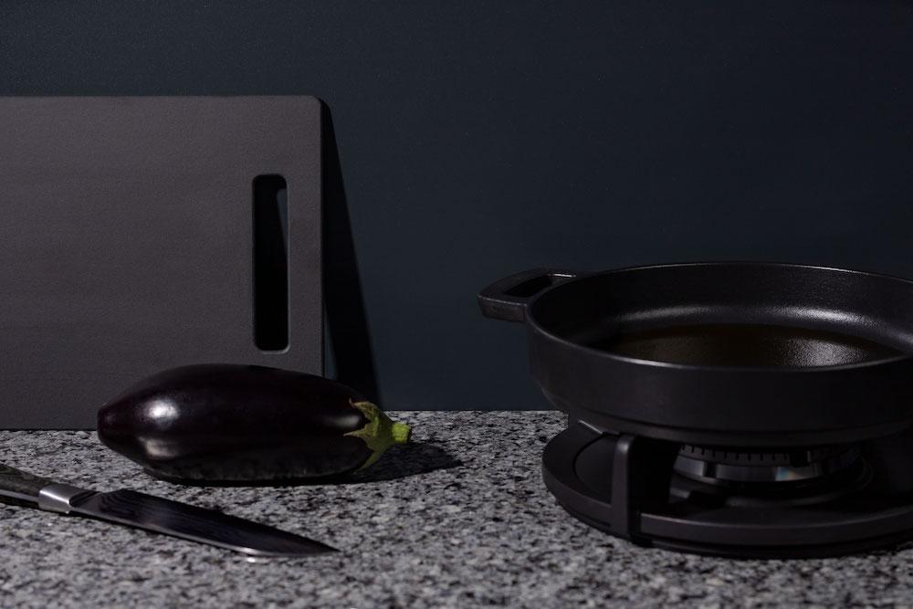 Achterwanden voor de keuken: Alusplash via Dekker Zevenhuizen. Zwarte keuken