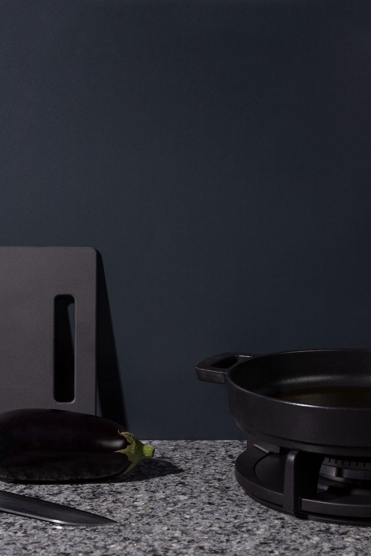 Achterwanden voor de keuken: Alusplash achterwand voor een zwarte keuken via Dekker Zevenhuizen