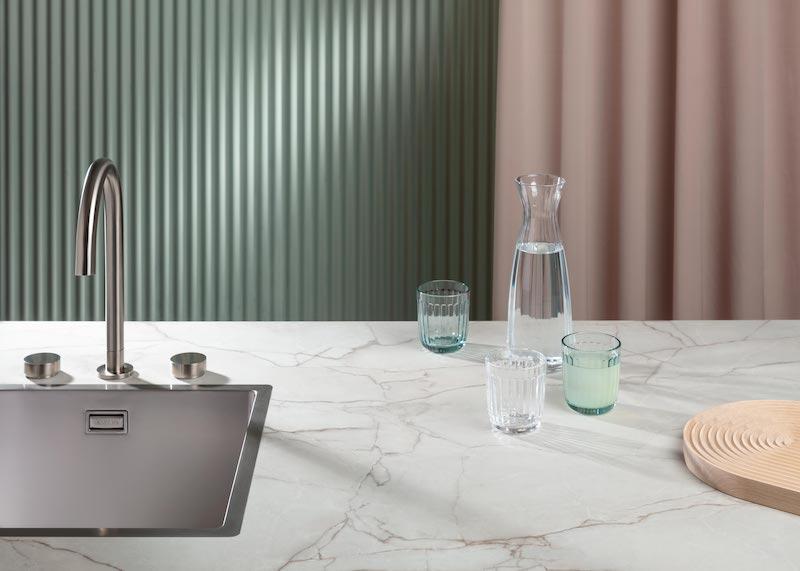 Keukentrends 2020. Keukentrend Soft Reflections. Keukenblad TopCore Mahal; een marmerlook met een matte steenstructuur. De toevoeging van een rvs kraan en spoelbak, een stijlelement in de kleur van dit jaar: neo-mint #keukentrends #keuken #keukeninspiratie #dekker #dekkerzevenhuizen #keukenbladen