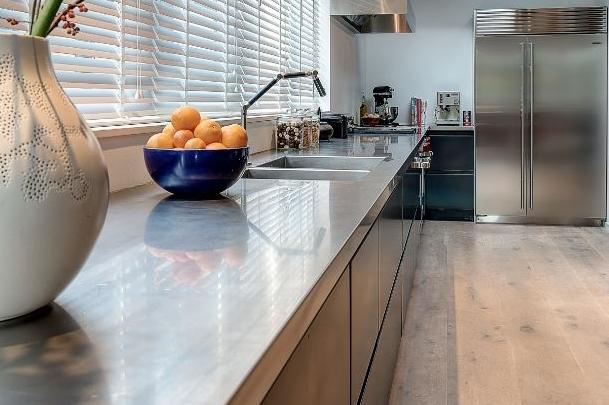 Keuken met RVS werkblad via Dekker Zevenhuizen