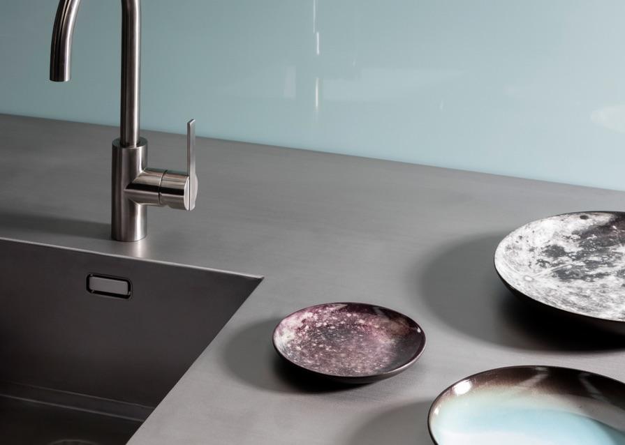 Moderne keuken met werkblad en spoelbak van warmgewalst rvs en een hoogglans Alusplash achterwand - via dekker Zevenhuizen. keukentrend Space Station