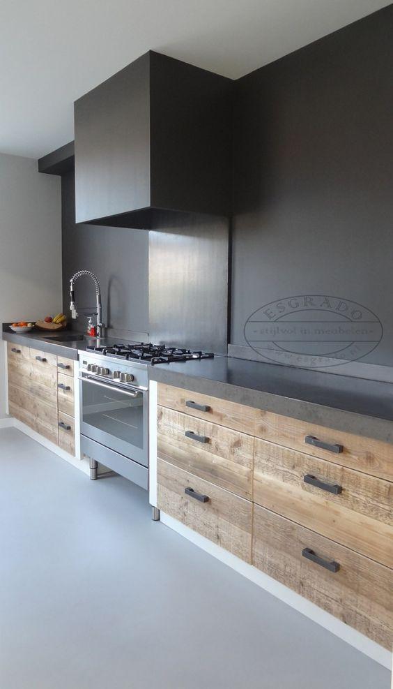 Houten keuken op maat gemaakt door Esgrado steigerhouten keukens. Mooi in combinatie met zwart keukenblad en zwart geverfde achterwand #esgrado