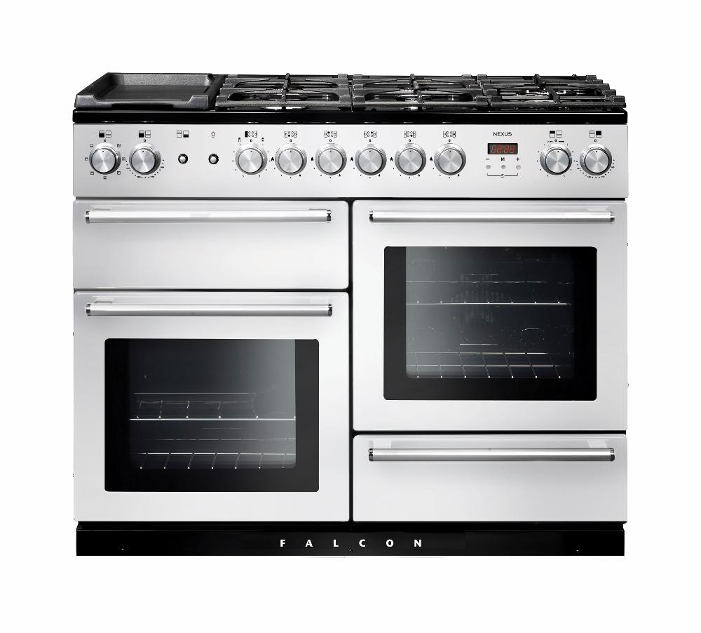 Falcon Nexus fornuis wit. Het fornuis is van alle gemakken voorzien: met twee grote ovens, een aparte grill, een uitschuifbare lade en een groot kookoppervlak met vijf pitten.