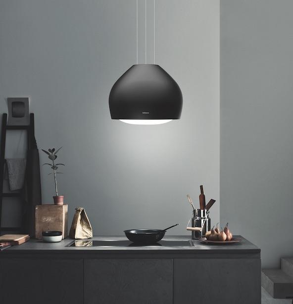 Afzuigkap in de vorm van een lamp met led-verlichting. Recirculatie kap Sophie boven kookeiland van zwart staal uit de Circle.Tech serie van Falmec #keuken #afzuigkap #keukeninspiratie #falmec