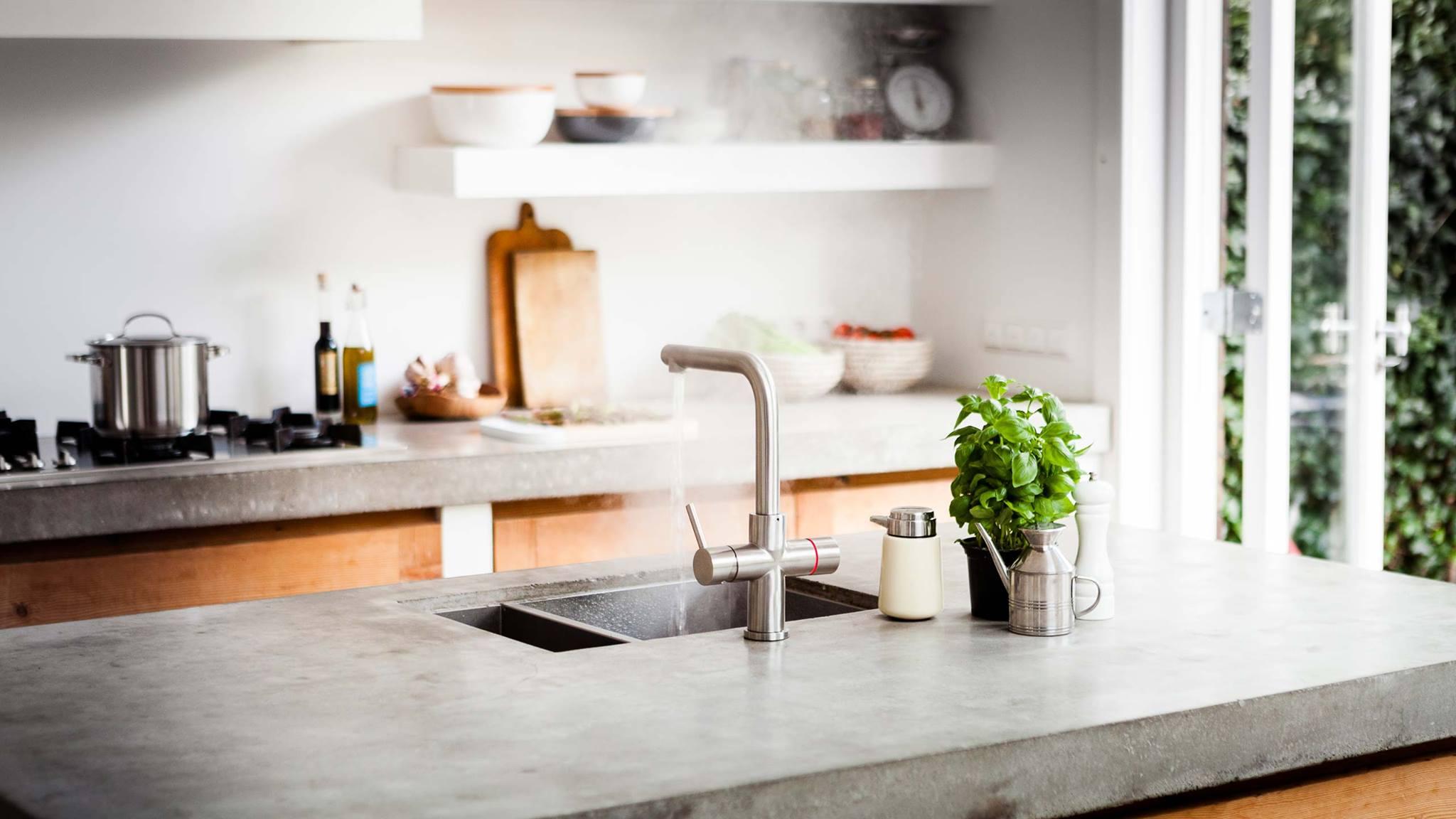 Keukenkraan Floww alles in één kraan - kokend water kraan in houten keuken met betonnen werkblad
