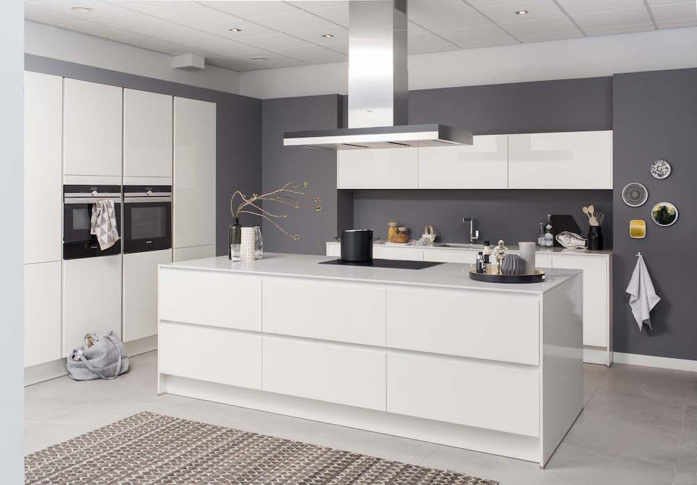 Moderne witte keuken Polino met kookeiland - Grando keukens ...