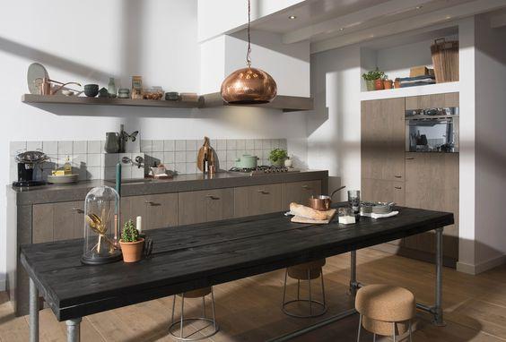 Houten keuken Bourgogne met dik werkblad en stoere plankentafel met steigerpoten. via Grando keukens