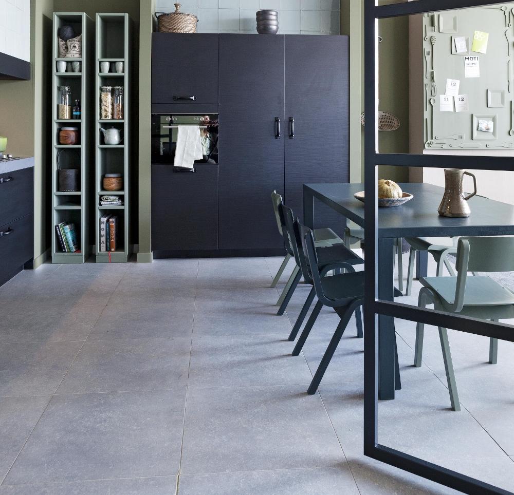 Keuken Met Zithoek : voor glaswerk en biedt ruimte aan de XL koelkast en oven met magnetron