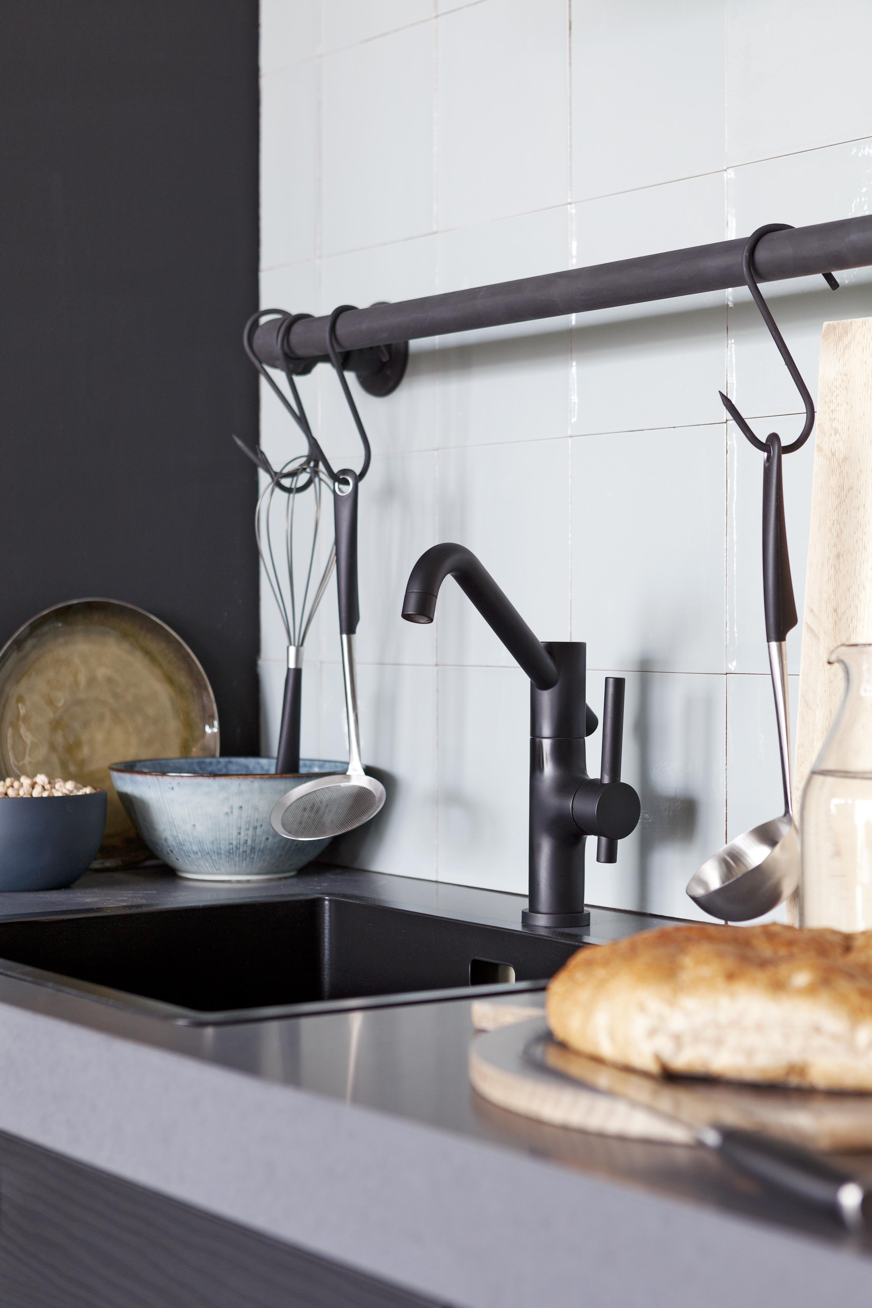 Stoere zwarte keukenkraan in donkere keuken met stijlvolle witte ...
