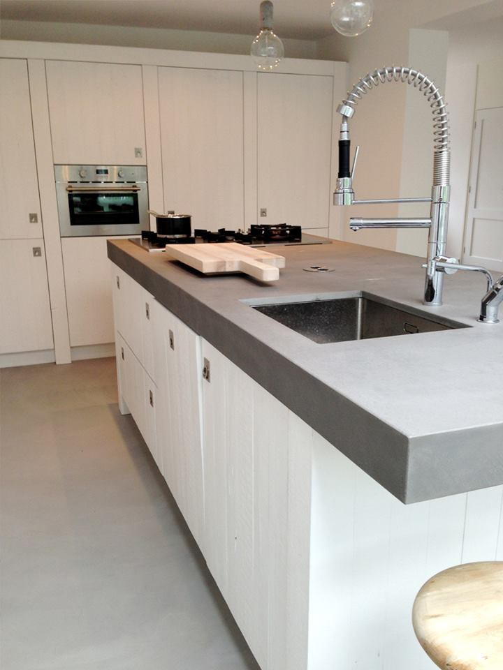 Witte houten keuken van sloophout met betonnen werkbald RestyleXL