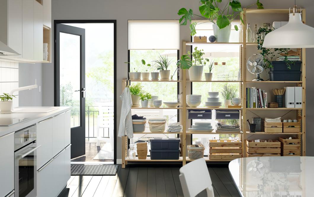 Keuken met open kast om je mooie servies, kookboeken en groene planten in te etaleren. Ivar elementen houten planken #ikea