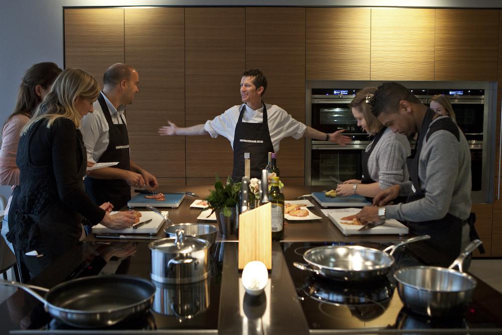 Op zoek naar nieuwe keukenapparatuur? Laat je eerst goed informeren. Je kan de apparatuur zelfs testen tijdens interactieve kookdemonstraties bij inspiratiehuis 20|20 in Hoofddorp