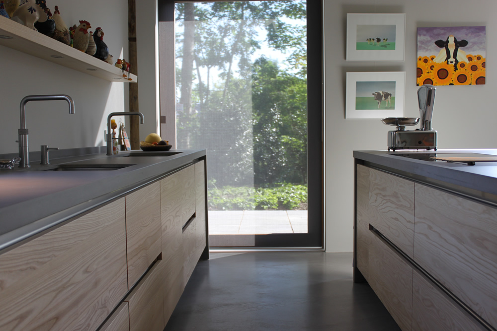 JP Walker houten keuken. Op maat gemaakt, greeploos van essenhout met werkblad van beton