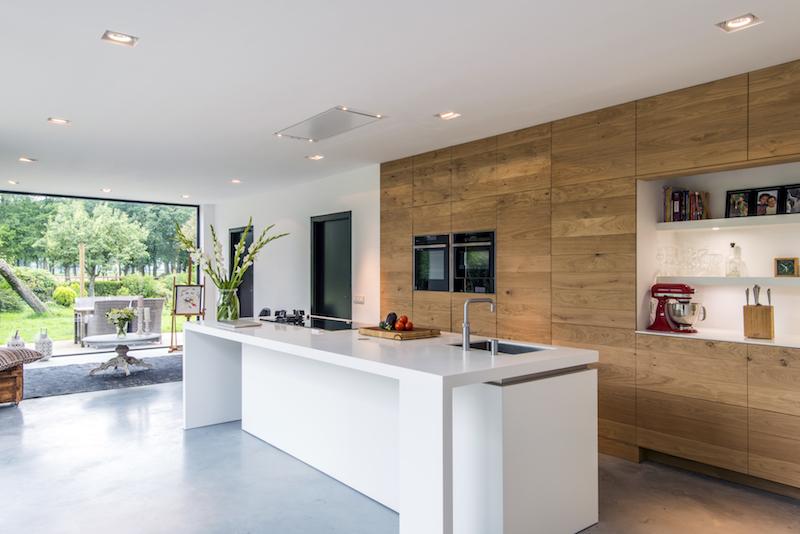 Binnenkijker: Moderne houten keuken met corian kookeiland in gerenoveerde boerderij by JP Walker op maat gemaakte houten keukens #houtenkeuken #keukendesign #keukeninspiratie #modernekeuken #keuken #jpwalker
