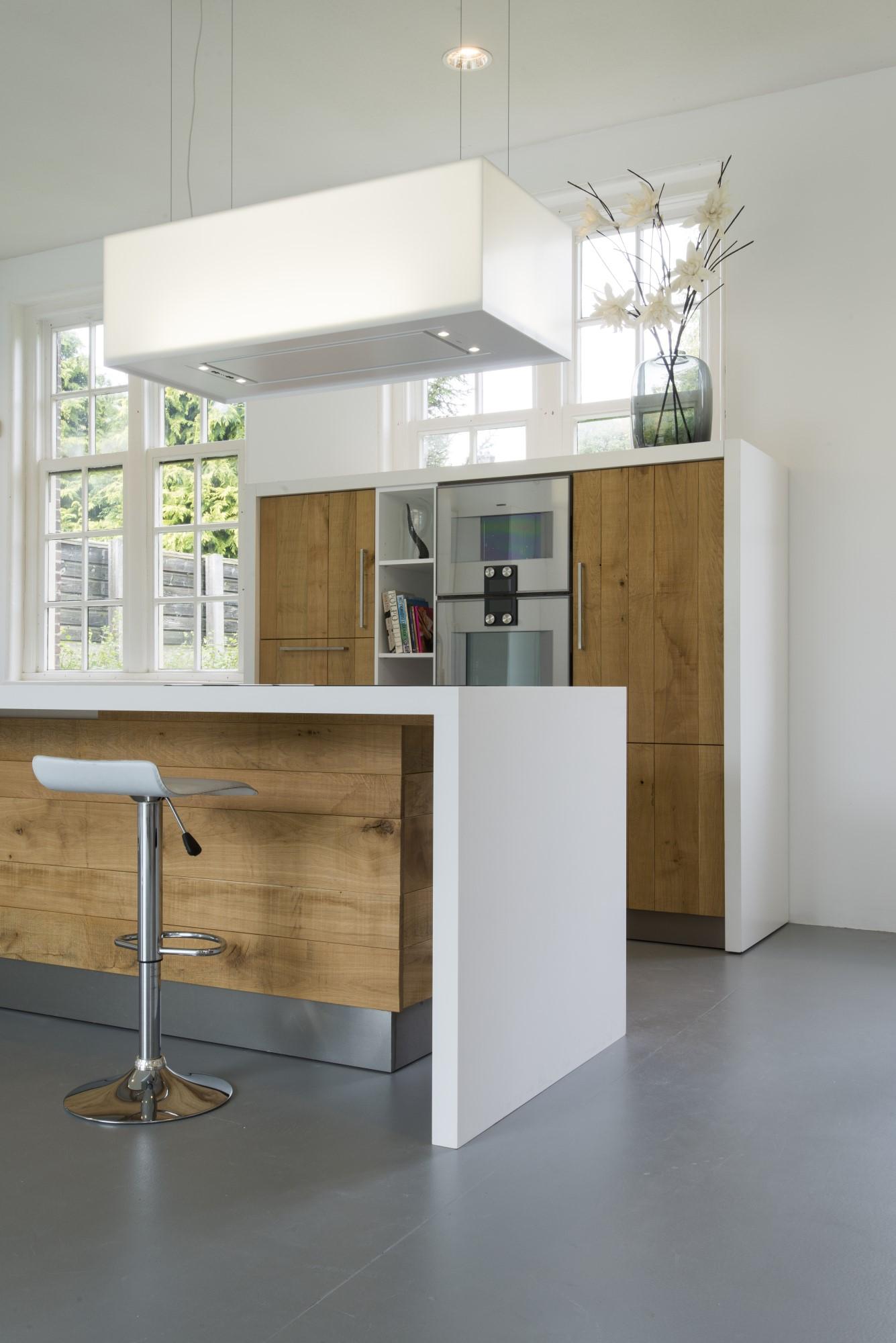 Moderne ruw eiken houten keukens met wit keukenblad   nieuws ...