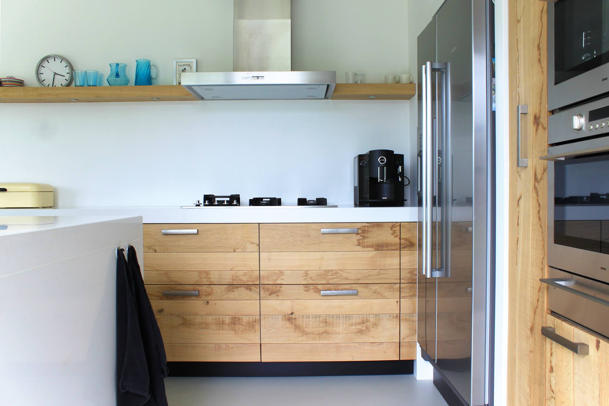 Houten keuken van ruw eiken met wit werkblad en keukeneiland van JP Walker
