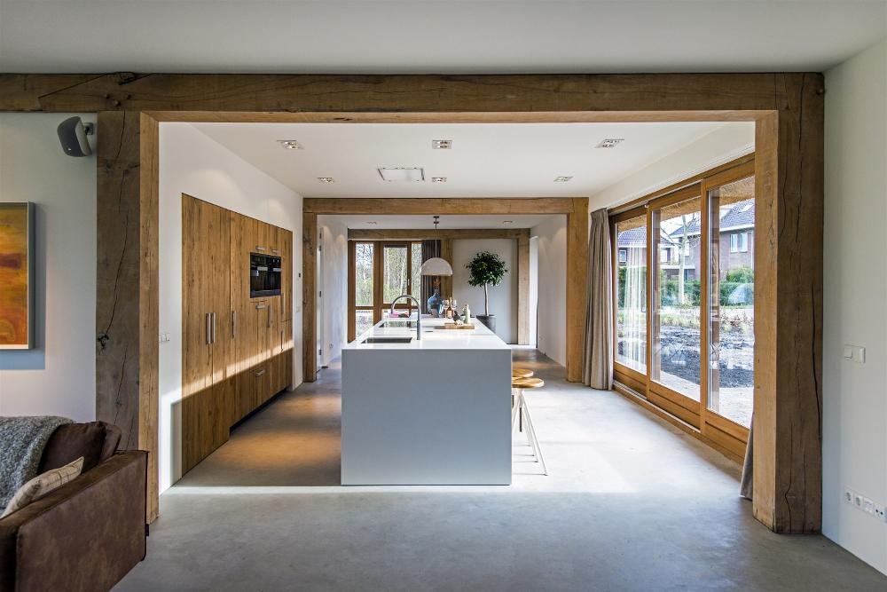 Moderne ruw eiken houten keukens met wit keukenblad