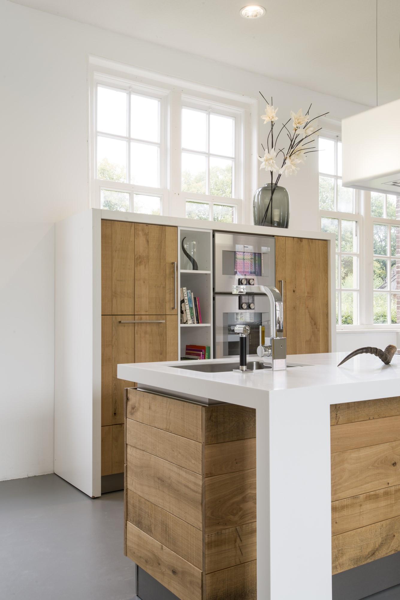 Picture idea 10 : Houten keuken van ruw eiken met corian keukenblad en ...