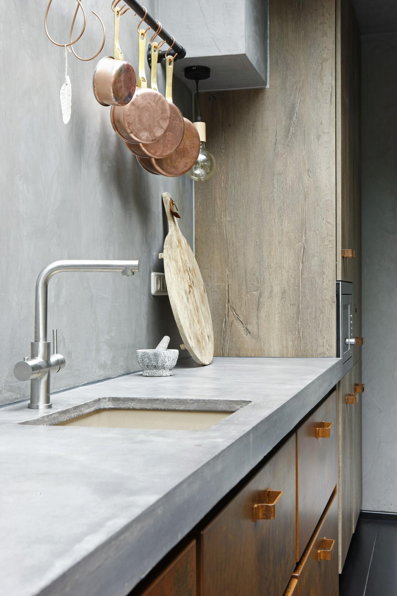 Keuken van geroest staal, beton en gerookt eikenhout in landelijke sfeer. Kraan met warm koud en kokend water Floww. Jacob Interior keuken Maarn