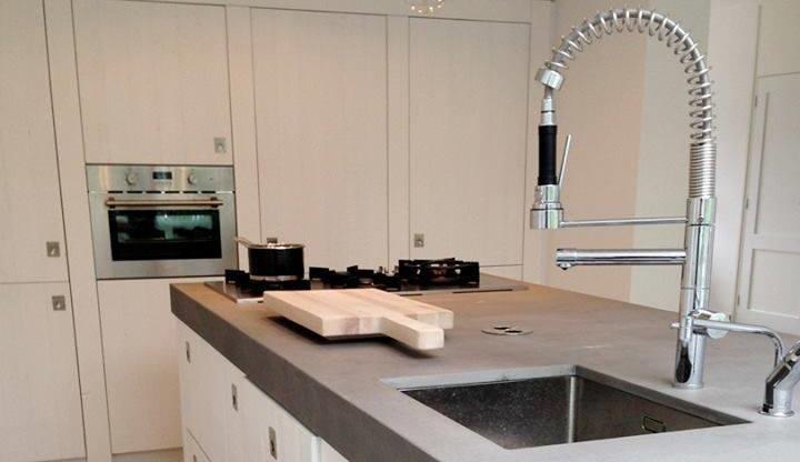 Werkblad met betonlook Ceramistone Concreto van Kemie in houten keuken van RestyleXL