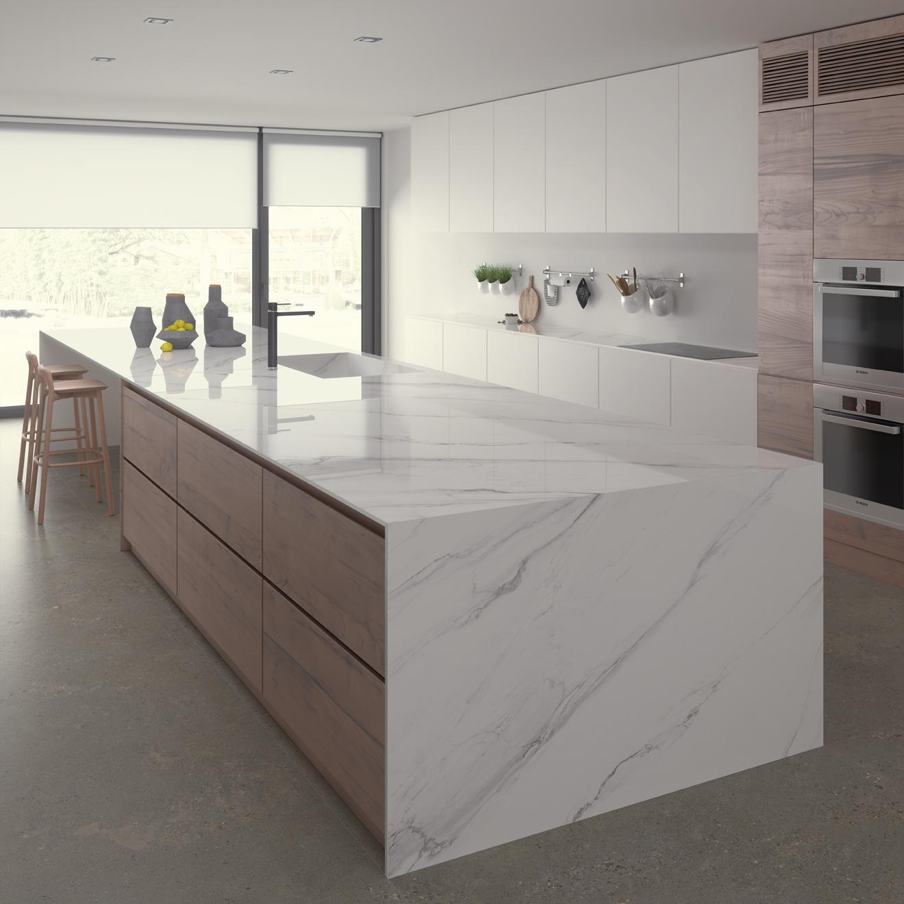 Keuken met kookeiland met marmer 'look'. Keramisch werkblad Ceramistone Bright Marble van Kemie #keuken #marmer #kookeiland #trend