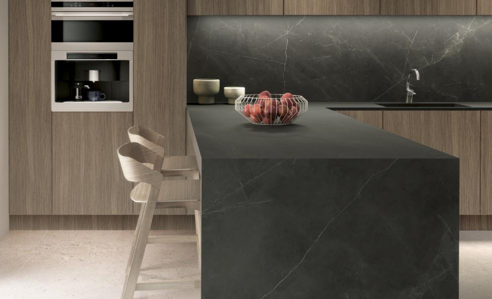 Keuken met zwart keukenblad met marmerlook. Keramisch werkblad Ceramistone Montsho #keuken #marmer #werkblad #zwart