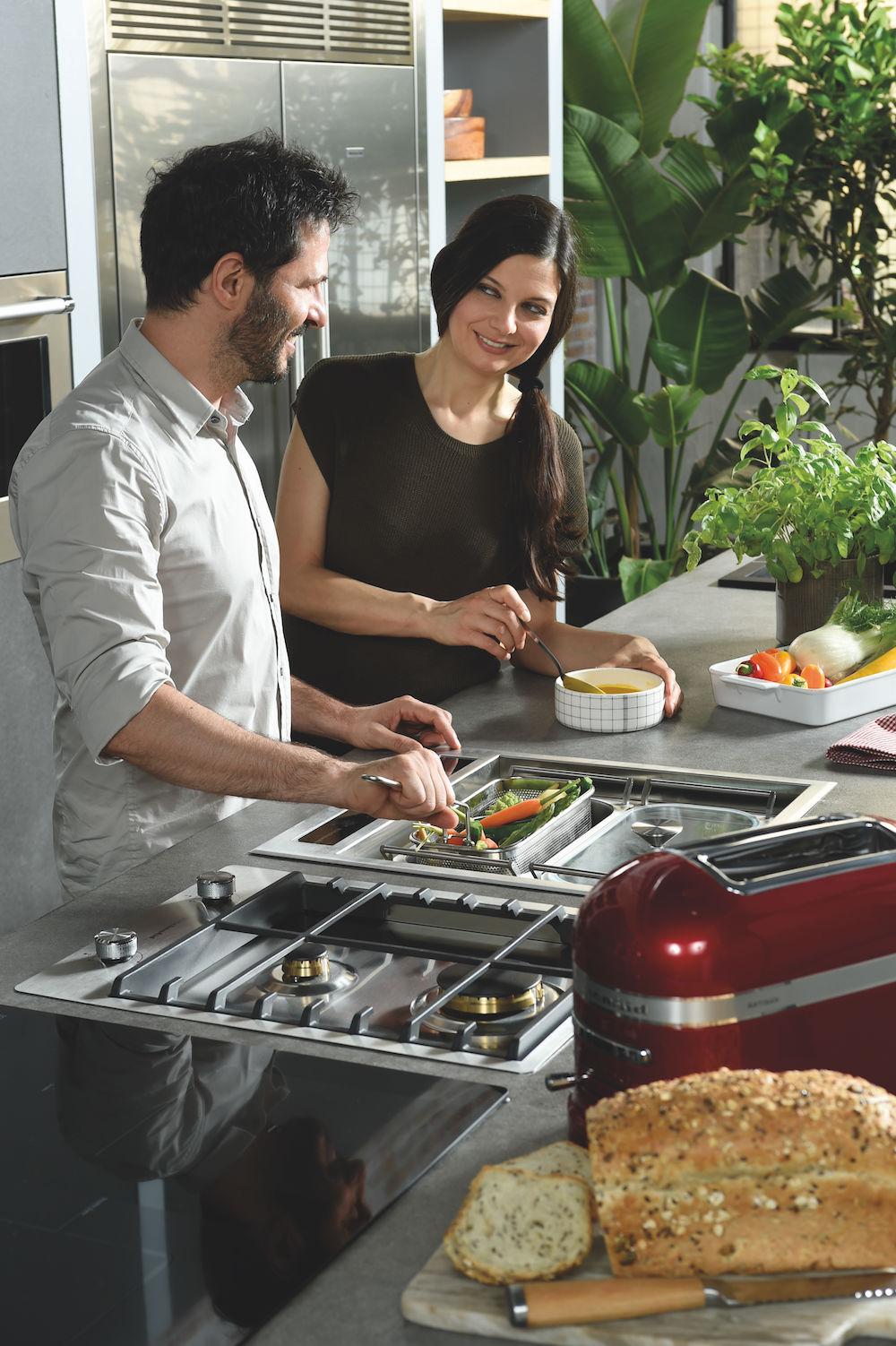 De nieuwe kookmodule voor de keuken van KitchenAid naast KitchenAid gaskookplaat - Chef Sign om te koken, roosteren, bakken, frituren en stomen