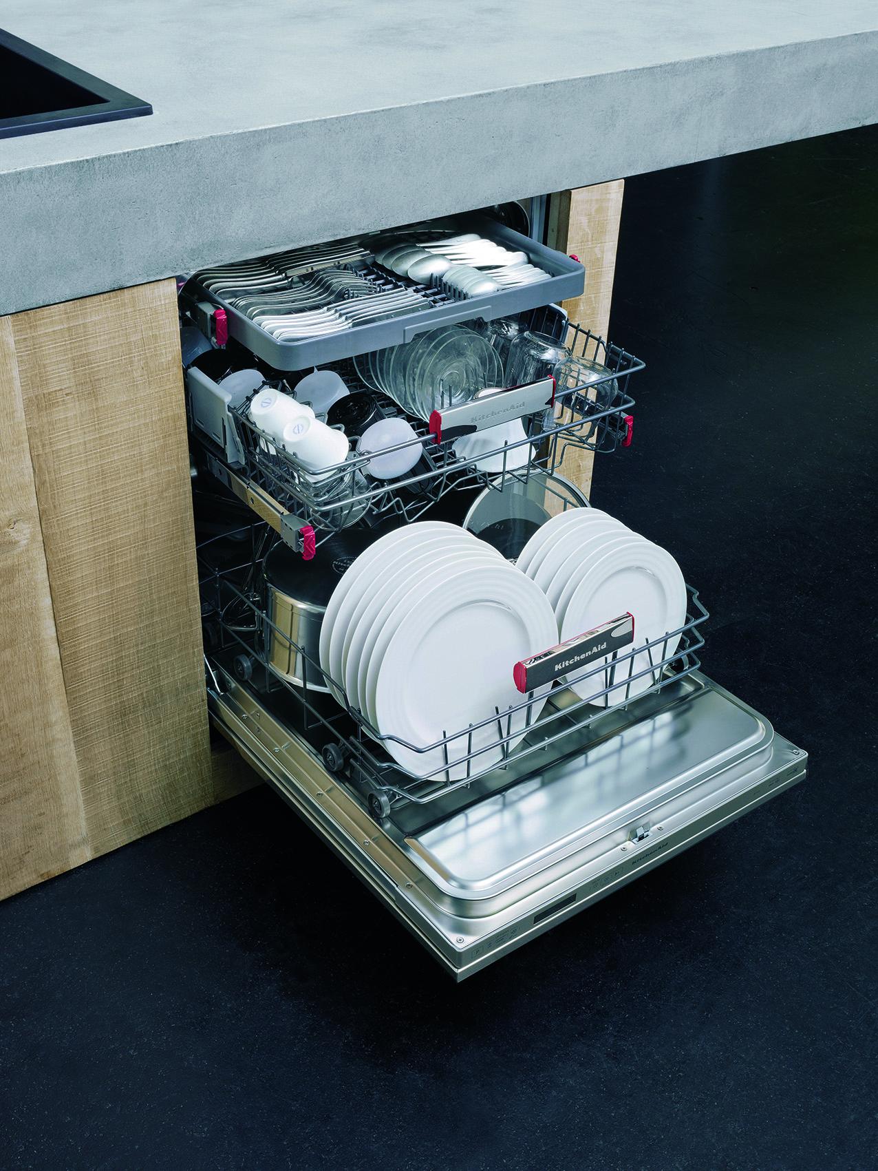 De nieuwe afwasmachine van KitchenAid heeft een Dynamic Dry functie en zorgt voor een perfecte en droge vaat in 60 minuten. Tot 30%minder energieverbruik