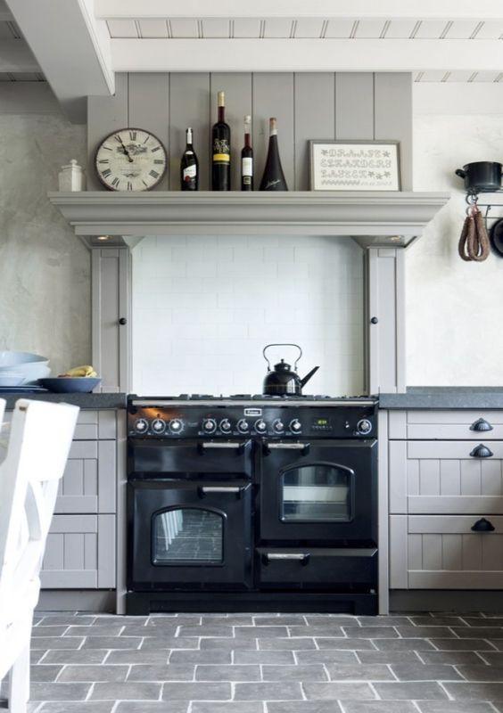 Keuken Met Natuursteen : keuken met groot Falcon fornuis en keramische tegels op de vloer met