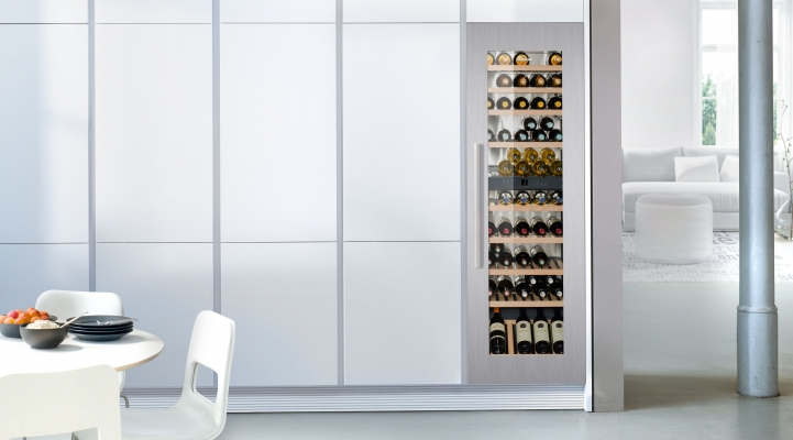 De Liebherr EWTdf 3553 is een inbouw wijnkast met glazen deur en biedt ruimte aan 80 flessen en heeft 2 apart instelbare zones, waarbij de temperatuur onafhankelijk van elkaar tussen +5°C tot +20°C kan worden ingesteld. Rode en witte wijnen kunnen gelijktijdig op de ideale drinktemperatuur worden bewaard, of stel één van de zones in op +12°C voor het langdurig bewaren van wijnen. #wijnklimaatkast #liebherr #keuken #wijn #reddotaward2018