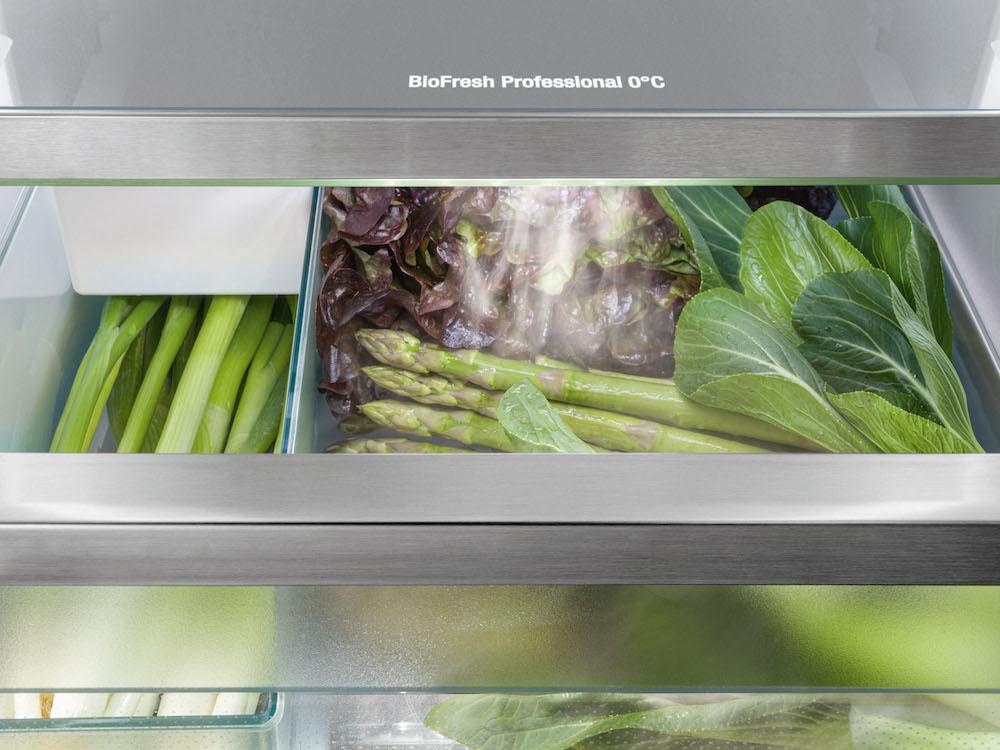 Altijd verse groenten. De HydroBreeze-functie bedekt groenten en fruit in de BioFresh-lade veilig met een koude nevel. Met een Liebherr blijven levensmiddelen langer vers en knapperig. #liebherr #koelen #hydrobreeze #koelkast #groenten #vers #energiezuinig