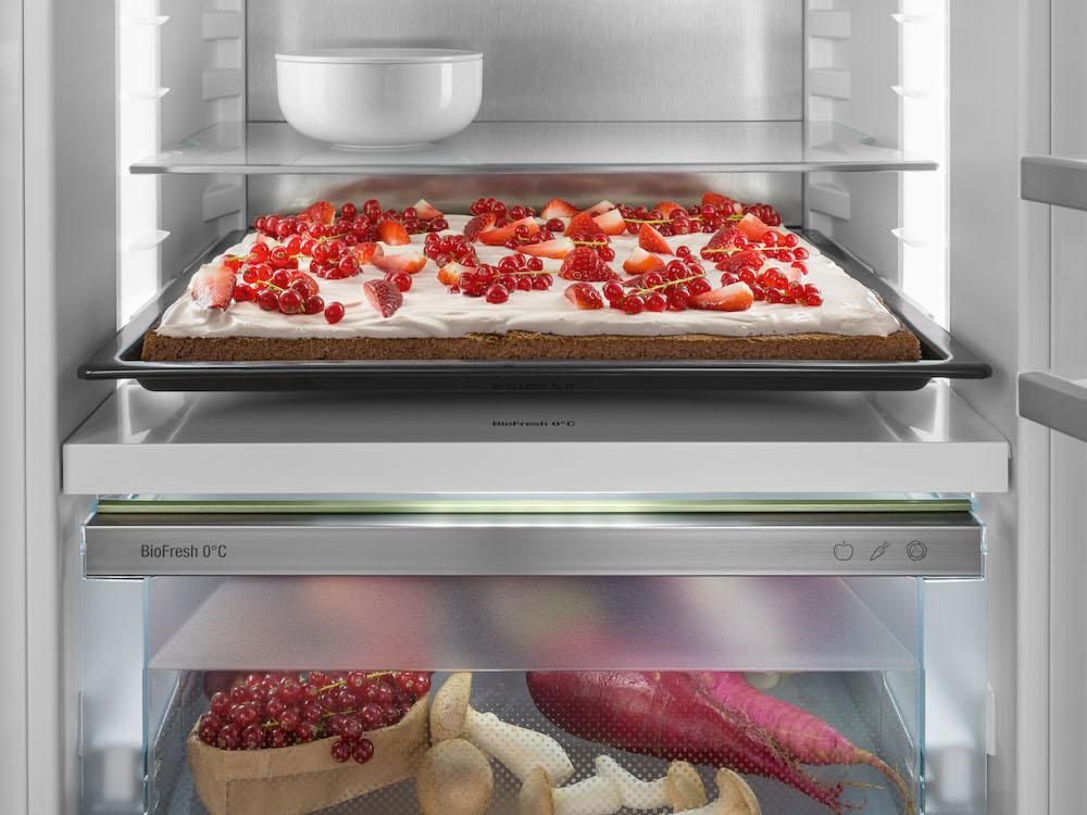 Liebherr koelkast met Backblech. Voor alle fervente hobbybakkers bieden de nieuwe Liebherr inbouwapparaten zelfs voldoende ruimte voor een bakplaat. #liebherr #koelen #backblech #inbouwapparaten #keuken #bakken
