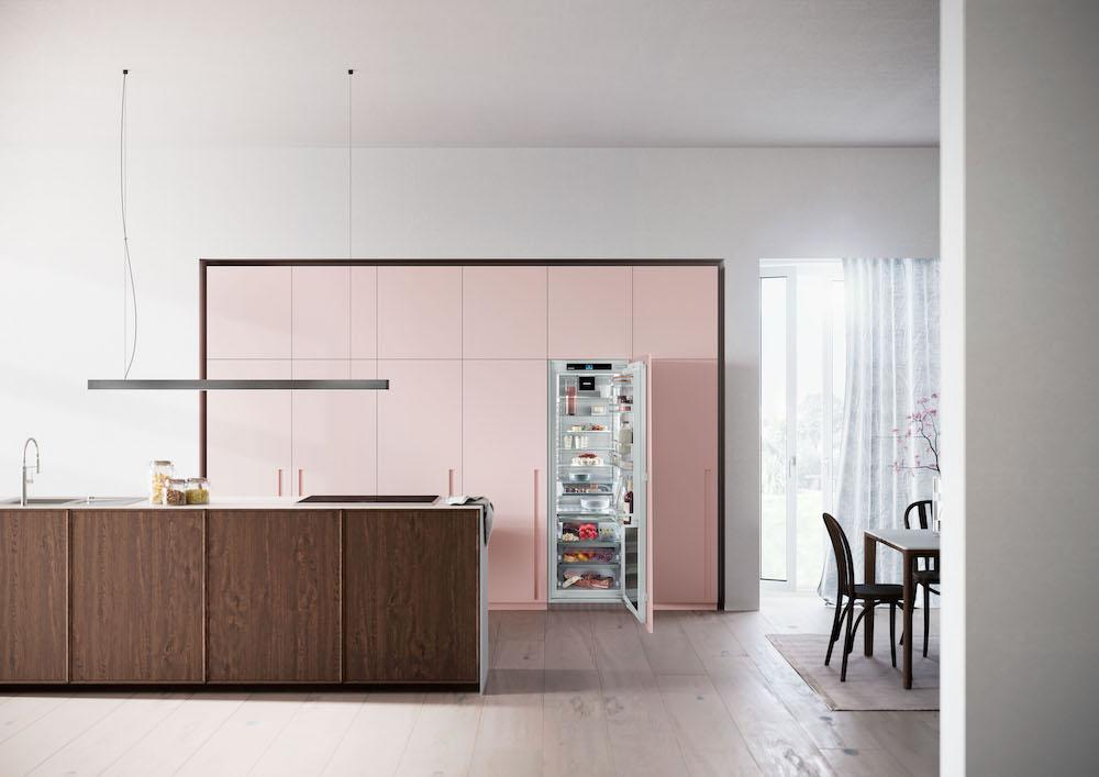 Koelen en vriezen Liebherr. Het meest luxe model koelkast uit de Peak-serie. Dit model beschikt over BioFresh Professional met HydroBreeze, een InfinitySpring waterdispenser #inbouwapparaten #koelkast #koelvriescombinatie #Liebherr #keuken
