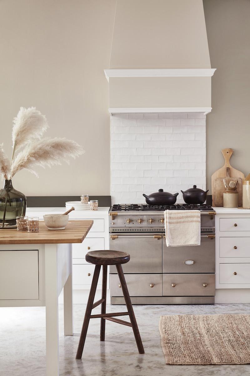 Witte keuken met muurverf van little green #keuken #keukeninspiratie #wittekeuken #muurverf #littlegreen