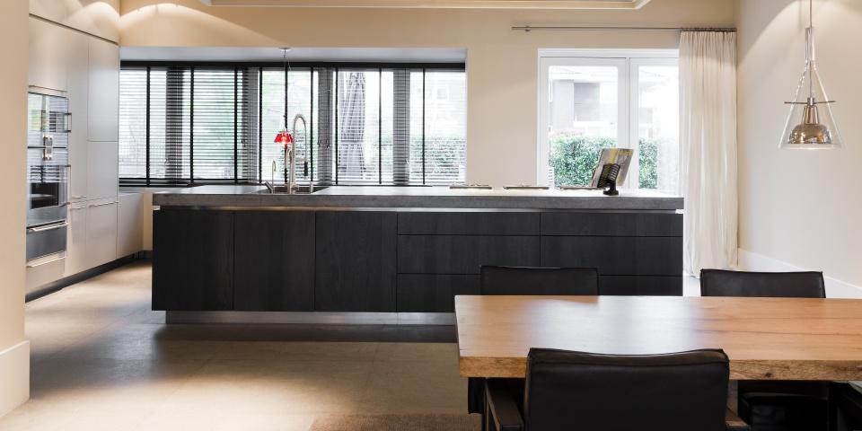 Moderne keuken op maat gemaakt met groot kookeiland. The Living Kitchen by Paul van de Kooi #paulvandekooi #livingkitchen#keuken #kookeiland #leefkeuken