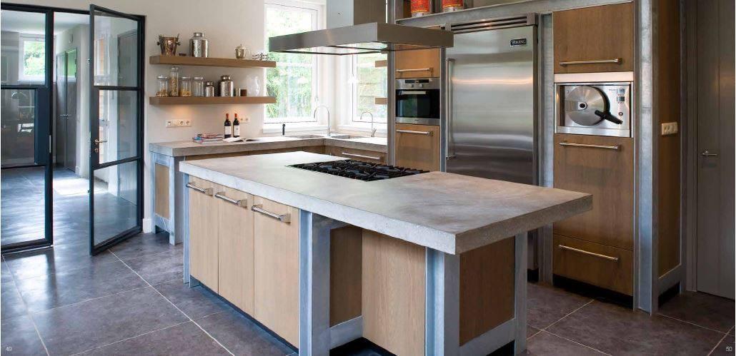 Landelijke moderne keuken met kookeiland, houten fronten en beton. Gerealiseerd door The Living Kitchen by Paul van de Kooi #thelivingkitchen #paulvandekooi #houtenkeuken #keuken #kookeiland